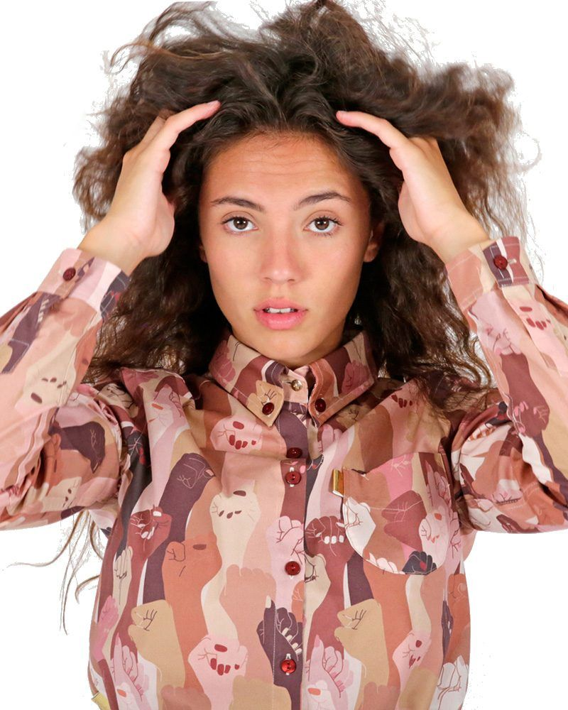 Camisa de Long sleeve shirt with multicolored women hands. en tonos claros de manga larga y estampado exclusivo feminista